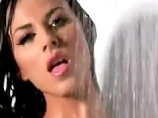 Chica con cuerpo de Barbie tocándose bajo la ducha