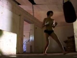 Boxeadora masturbándose en video